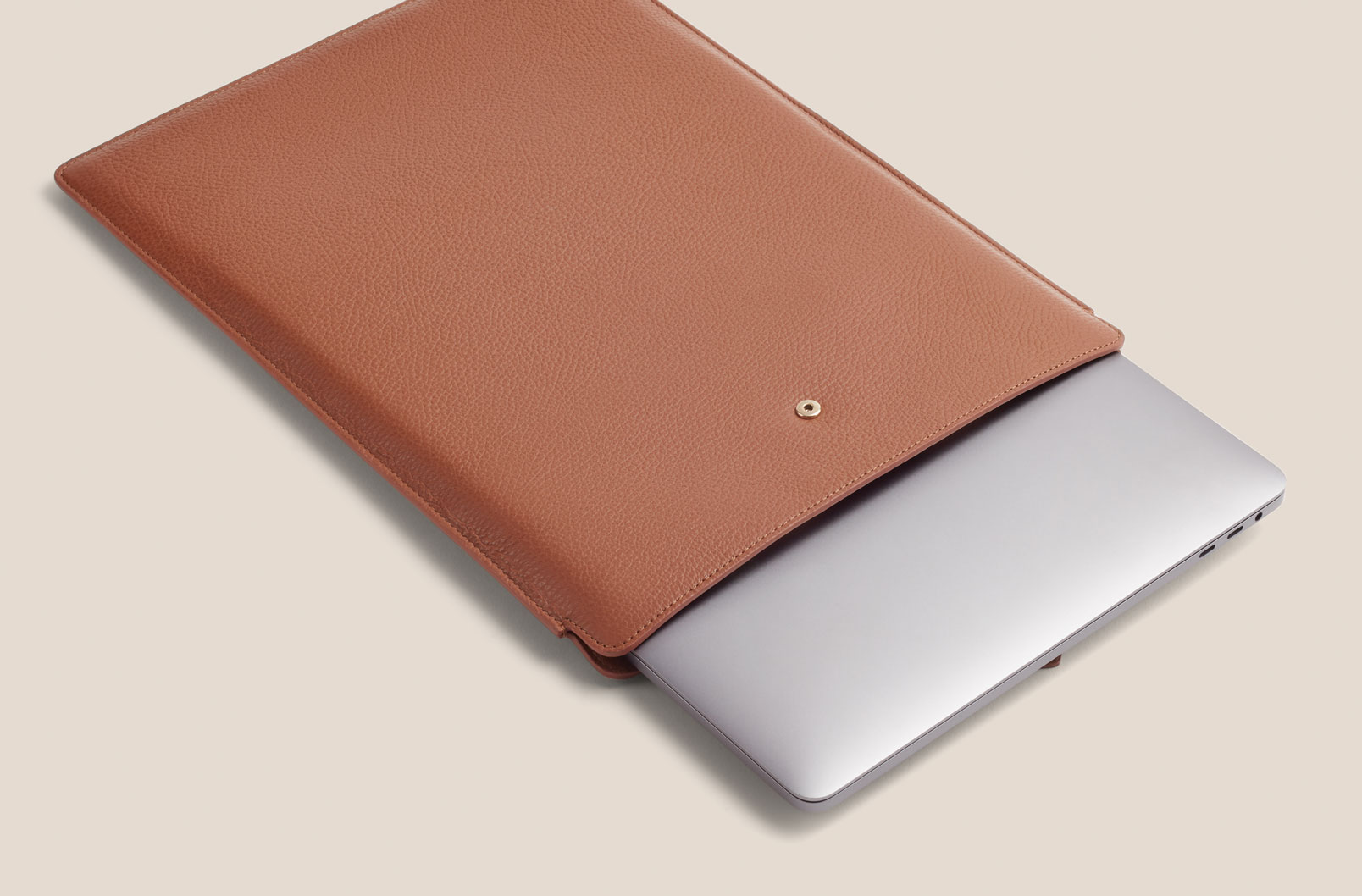 Cuyana Leather Laptop Sleeve in Caramel with Apple Macbook Pro